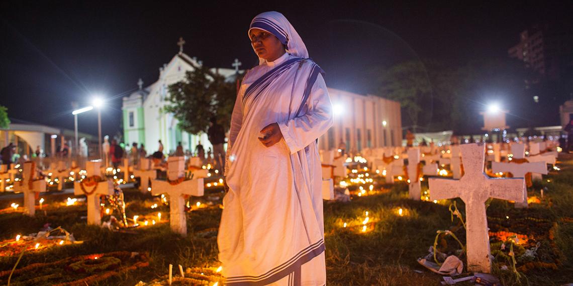 BANGLADESH<br /><br />Itt látható a Teréz Anya Nővérei rend egyik nővére, aki imádságosan sétál keresztül a sírok között a Szent Rózsafüzér Templom mellett.