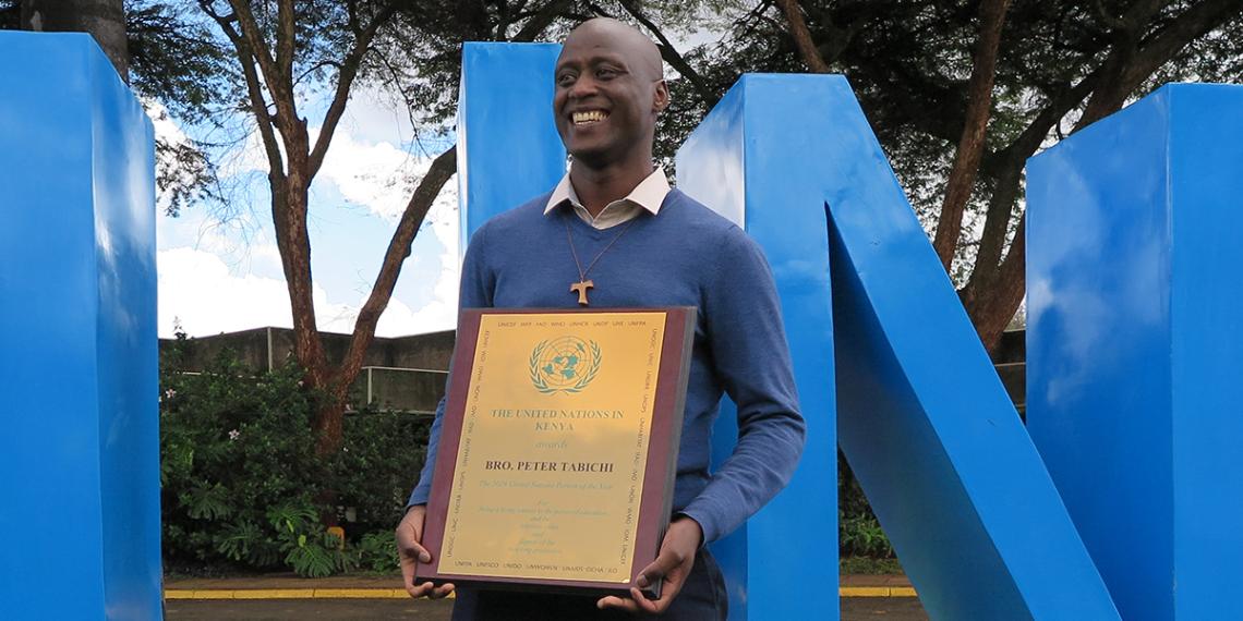 Mokaya Tabichi testvér<br /><br />Az Egyesült Nemzetek Szövetsége 2019-ben 'Az Év Emberének' választotta Mokaya Tabichi ferences rendi szerzetest. Tabichi, amellett, hogy matematikát és fizikát oktat Kenya elszegényedett vidékein, bevétele 80%-ával a szegény és tehetséges nők oktatását támogatja. A világnak több ilyen tanárra lenne szüksége!<br />