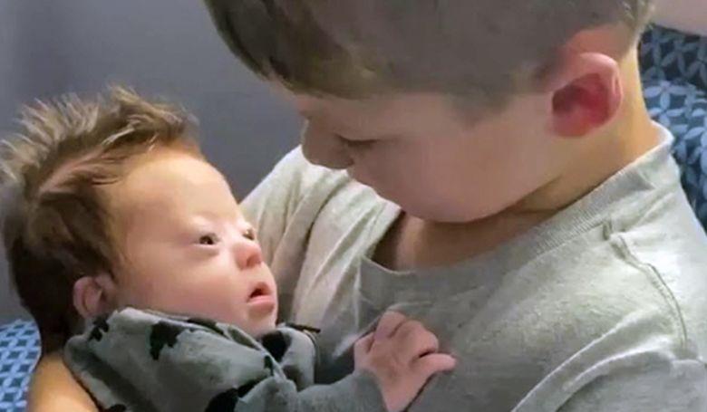 Videó egy kisfiúról, aki Down szindrómás öccsének énekel