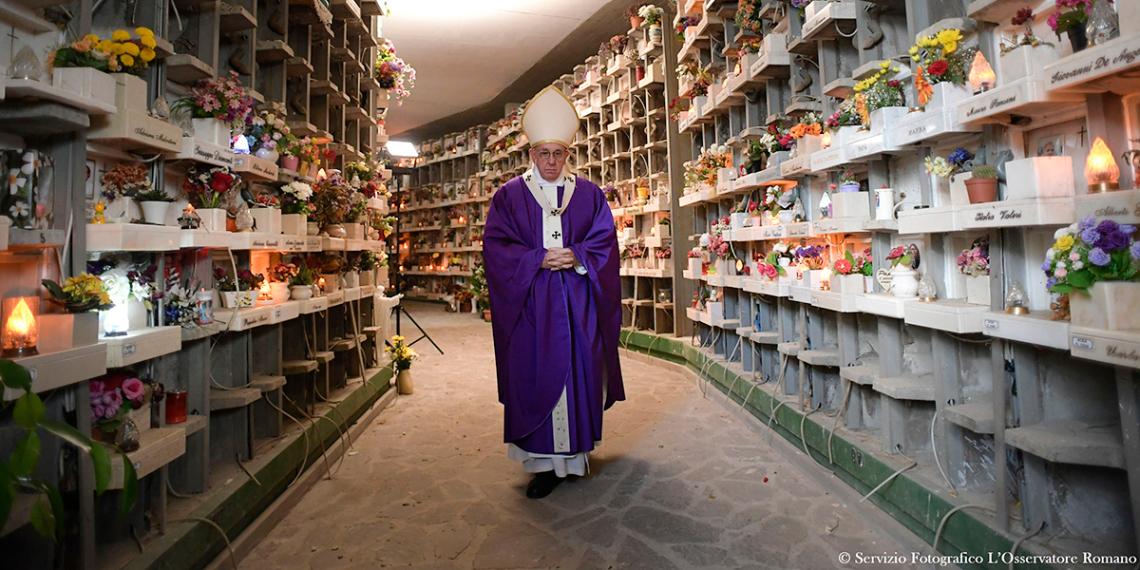 VATIKÁN<br /><br />Minden évben a pápa által kiválasztott módon ünneplik meg a Mindenszentek napját. 2017-ben Ferenc pápa és a hívek tiszteletüket kifejezve a II. világháborúban életét vesztett több ezer katona iránt, ellátogatott a Sicily-Rome American Temetőbe. 2016-ban Ferenc pápa az ünnepi misét Róma északi szélén, a Prima Porta Temetőben tartották meg.<br /><br />