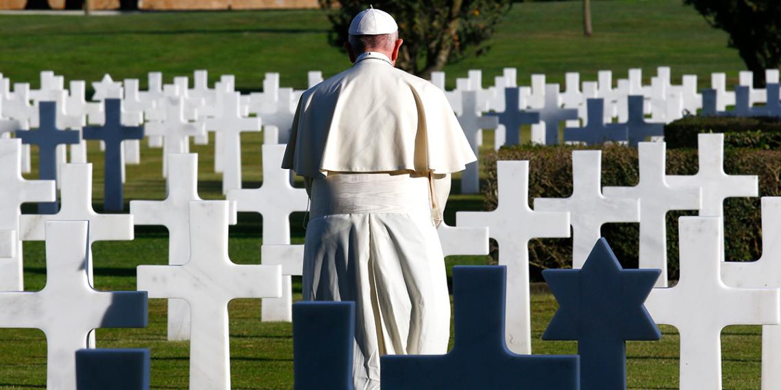 VATIKÁN<br /><br />Az idei évben a pápa az ünnepi misét a Róma déli részén található Laurentino Temetőben tartotta. Hat évvel ezelőtt a temető szívében elkülönítettek egy 67 hektáros részt, amely az  'angyalok kertje' nevet viseli és a halva született gyermekek számára tartanak fenn.