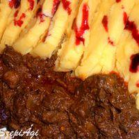 Vörösboros szarvas pörkölt puliszkával, áfonyaszósszal