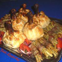 Sült csirkebatyuk baconos zöldbabkötegekkel és  paradicsomsalátával