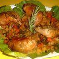 Rozmaringos egész csirkecombok, vele sült krumpli-és zöldségágyon