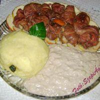 Baconbe tekert csirkemáj, almaszósszal és krumplipürével