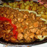 Brassói aprópecsenye, burgonya, ropogós pirított hagymakarika, kapros uborkasaláta