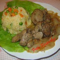 Majorannás csirkemáj, párolt hagymaágyon, zöldséges kölessel, fejes salátával
