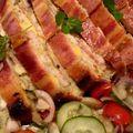 Baconos fokhagymás rakott csirkemell, zöldségsalátával