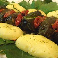 Pulykahúsos töltött szőlőlevelek,  ízesített krumplival