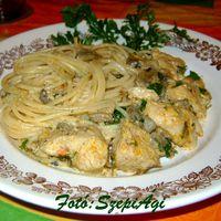 Csirkemell kockák, tejszínes – gombás - gyömbéres szószban, spagettivel
