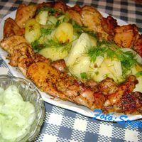 Friss fűszeres, fokhagymás csirkefalatok, zöld fűszeres burgonyával és kapros uborkasalátával.
