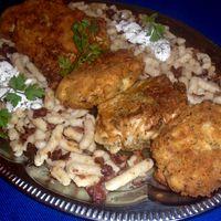 Zöldfűszeres bundában sült kelkáposzta szeletek baconos nudlival
