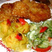 Sütőben sült szezámmagos kirántott csirkecomb, hercegnő burgonyával, uborkasalátával