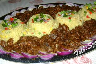 Pulykazúza, zöldséges-gyömbéres bulgurral és lilahagyma salátával