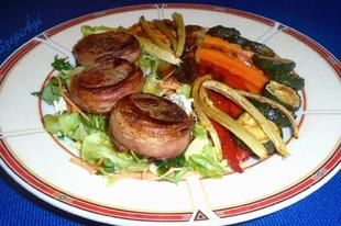 Baconbe tekert sertésszűz korongok grillezett zöldségekkel és salátával