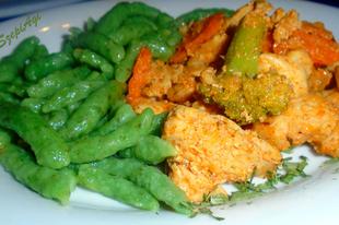 Tejszínes- zöldséges csirkeragu, parajos galuskával