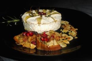 Fokhagymás rozmaringos sült camembert, fűszeres sült almával és pirított mandulával
