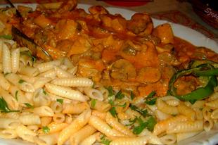 Gombás- tejfölös sertésragu, lúdgége tésztával