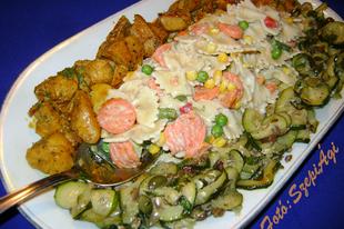Currys csirkemell zöldséges- tejszínes farfallevel és cukkini salátával
