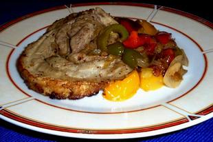 Szalonnás hústekercs sült hagyma és sült paprika körettel