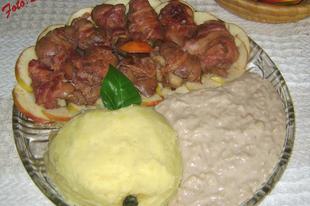 Baconbe tekert pácolt sült csirkemáj almaszósszal, krumplipürével