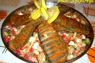 Pikáns sült hal, friss zöldségekkel