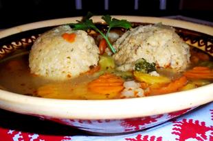 Zöldségleves pihe-puha óriás grízgombóccal