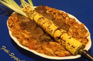 Grillezett sertés dió (comb) vargánya pörkölttel és grillezett csemege kukoricával