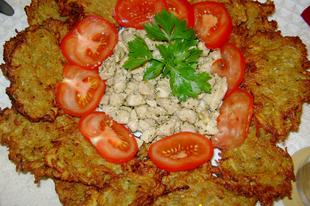 Cukkíni lapcsánka, gyros ízesítésű hússal, görögsalátával és kapros öntettel