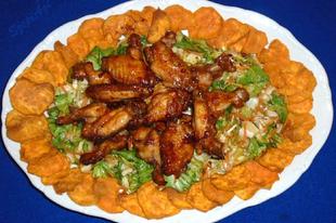 Mézes-chilis-ketchupos  csirkeszárnyak színes salátaágyon, batáta chips-el