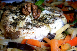 Vörösborban sült camembert, zöldség-mix ágyon