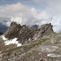 Beszakadt hóhídon a gleccserhasadék felett