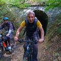 Félvakon az Év erdei kerékpárútjának alagútjában