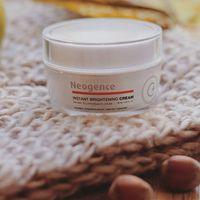 Hatékony bőrnyugtató és folthalvanyító C-viatminos arckrémünk SPF15 fizikai fényvédőt is tartalmaz, mi nagyon szeretjük az évnek ebben a felében!