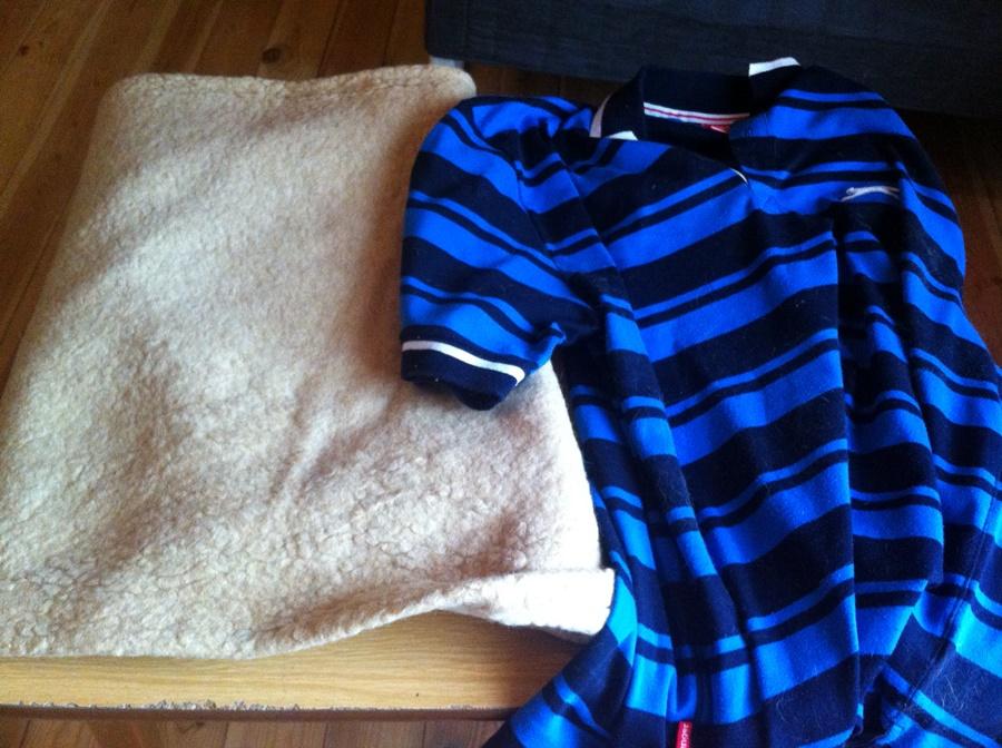 ... és egy takaró és egy régi poló