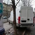 Az Andrássy út zöld területén, járdán is parkolhatnak az autók – Ebben a városban büntetlenül meg lehet tenni