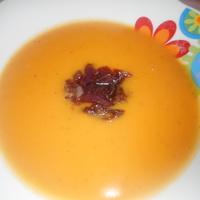 Édesburgonya-krémleves karamellizált lilahagymával