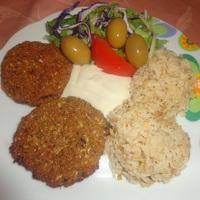 Mediterrán cukkinifasírt barna rizzsel, salátával és vegán tartármártással