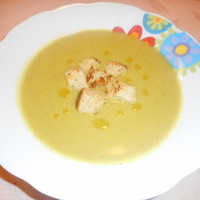 Kókusztejes-currys brokkolikrémleves fokhagymás krutonnal