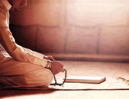 muslim-man-makes-dhikr1.jpg