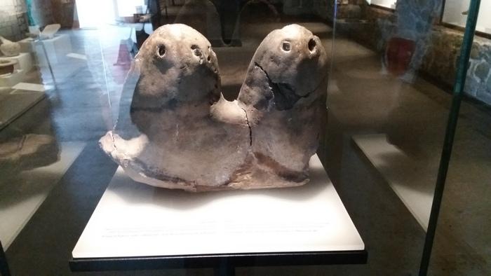 A legrégibb tárgyi emlék. A leírás alapján házi oltár ie. 4. évezredből. A család megtartó erejét ábrázoló stilizált férfi és női alak. Vagy Barba-papa és Barba-mama... végül is a jelentés ugyanaz.
