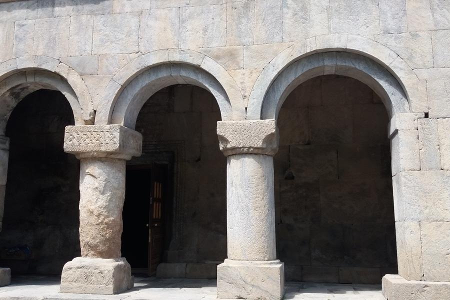 A templom bejárata, vajon miért díszítik más-más motívumokkal az oszlopokat