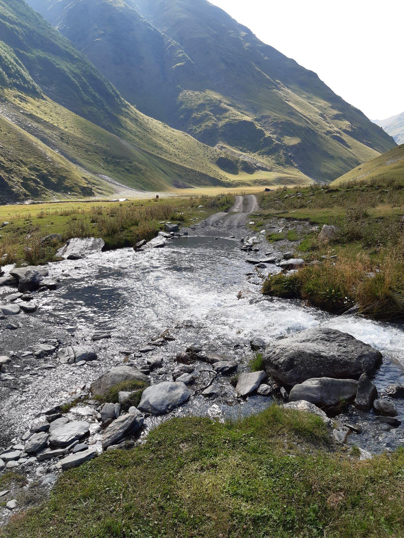 Az úton átfolyó patak viszonylag gyakori