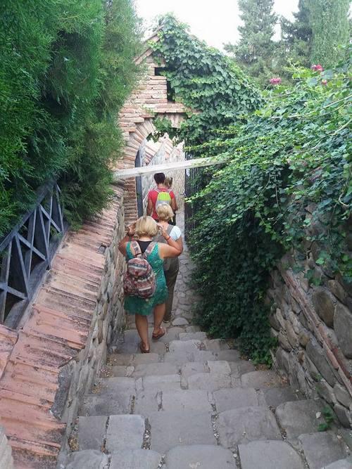 Ilyen meredek a lépcső, amúgy épp egy temető mellett haladunk el