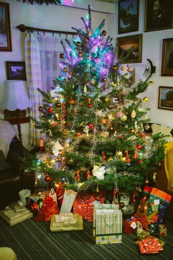 itt már ajándékok is vannak a fa alatt.....  idén kicsit utolsó percben sikerült mindent befejeznem, így a csomagolásban is Tóni segített.....