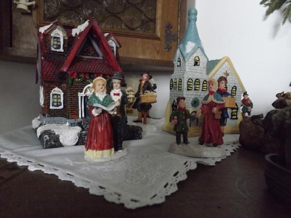 ezek a képek csak kicsi részletek sok gyönyörűségből, gazdija azt mondta mosolyogva, hogy giccs... a karácsonyi hangulatba sok minden belefér, és háztól is függ.... itt pont nem az ♥