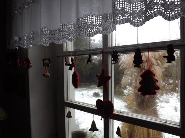 és az ablakon át  a kinti, vékony téli hótakaróval...