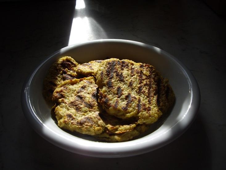 Ez ronda de finom! Tócsni reszelt sárgarépából, csicsókából, zellerből, burgonyából hozzáadva egy tojás, kevés rizsliszt, búzacsíra, só, bors, pici fokhagyma. Olajozott grillen sütve.