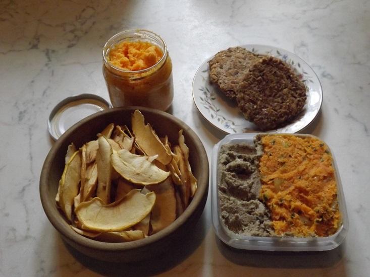 Hű ez isteni volt! Judittól kaptuk.. sárgarépa pástétom, sárgaborsó pástétom, napraforgó pástétom, magokból fasírt, és alma chips.