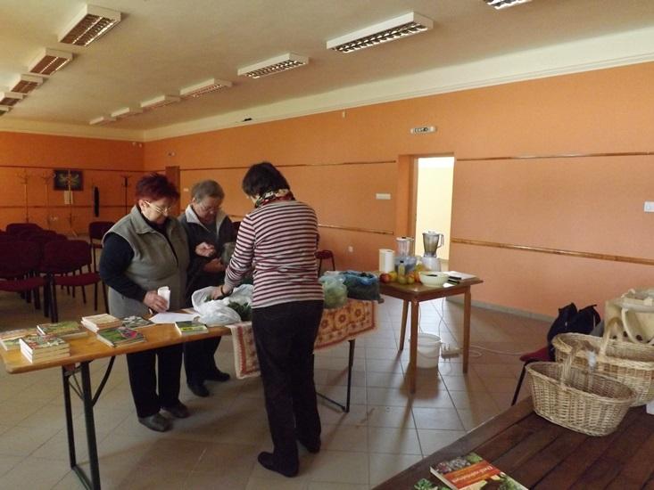 Érkeznek az asszonyok, Judit kirakosgatja a zöldségeket, gyógynövényeket...